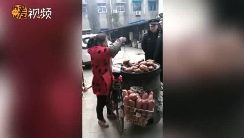 暖心!残疾商贩卖红薯被查 城管霸气买下:管它有多少都算上