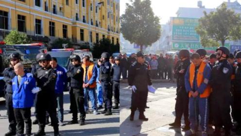 云南警方武装押解一涉恶团伙指认现场!特警高度戒备 群众围观