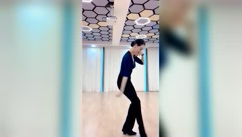老师的舞姿表情优美,大家欣赏也是享受!
