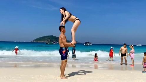 90斤女朋友到哪儿都要秀恩爱,网友:起重机也拿我老婆没办法