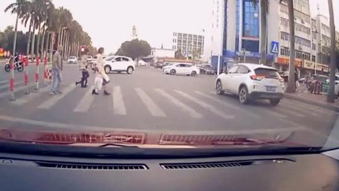 """行车记录仪画面曝光!9岁""""老司机""""偷开车上路 撞车后淡定回家"""