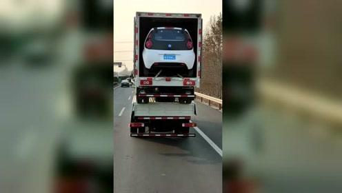 大车拉货柜车,货柜车装小车,司机胆子真大!