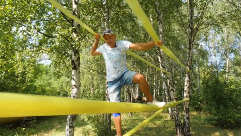 国外男子脑洞大开,用胶带做吊桥,还能在上面随便玩耍