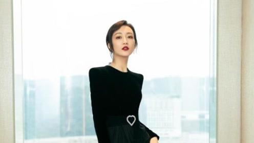 王鸥黑丝绒长裙优雅亮相 高开叉礼服秀长腿自信迷人