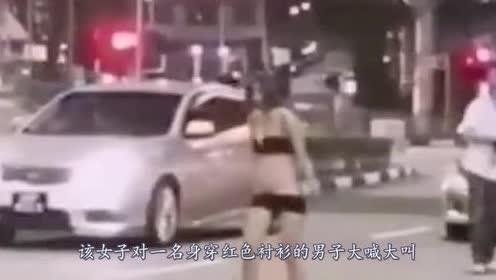 """一点不自重!女子与出租车司机吵架!当街竟把衣服""""脱光"""""""