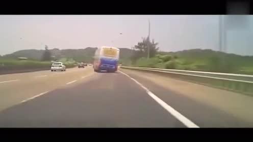 """大客上演""""神龙摆尾"""",失控侧翻,车毁人亡!"""
