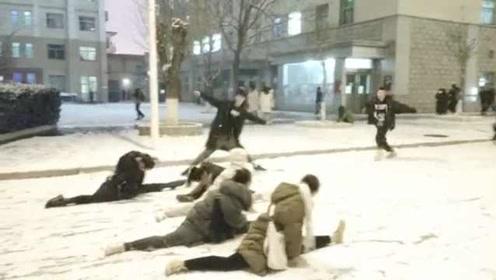 山西忻州迎入冬初雪,舞蹈生花式玩雪劈一字马