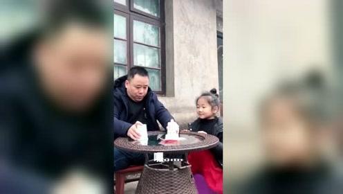 爸爸用橘子给女儿变魔术,套路了她100块钱,结果报应来得太快了