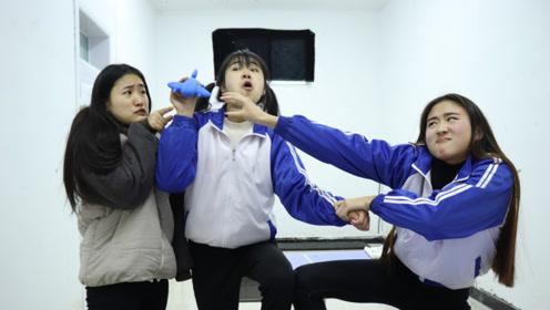 短剧:学生玩唐诗接龙,接上来的话奖励5包粘土,整个过程太逗了