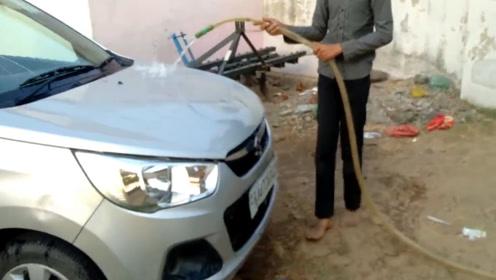 摩托车排气筒新用法,直接变身洗车器,网友:油钱都够洗个车了!