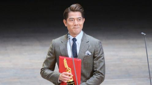 郭富城获广州大学生电影节最佳男主角 捧奖杯开心灿笑