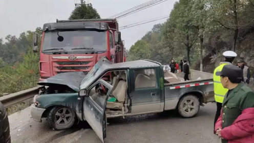 皮卡车弯道超车酿事故 与货车迎面相撞受损严重