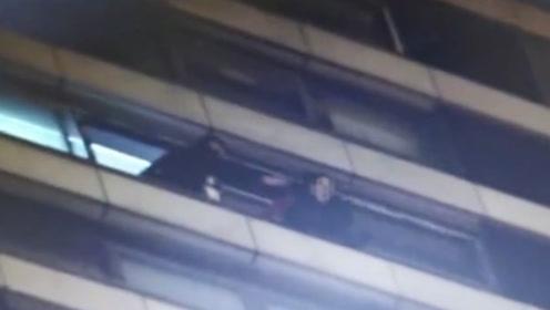 """眼看轻生女子就要坠楼  民警15楼高空营救直接将其""""按""""进楼里"""