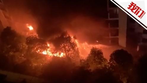 南宁一小区深夜起火大楼被熏黑 目击者:十几辆车全部着火