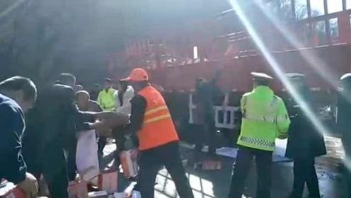货车翻车7千箱火腿肠撒一地,群众帮捡,司机:以为来抢东西