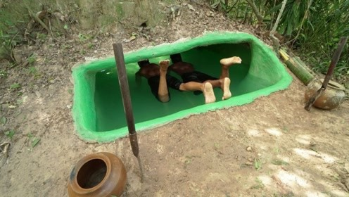 农村小伙土丘下发现地洞,他挖开地洞在里面造房子,真实惠!
