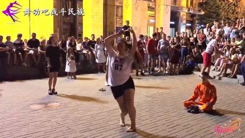 佩服这胖妞的勇气!当160斤的乌克兰女孩跳起舞,观众们都在为她鼓掌