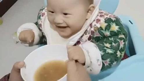最嫩孝心代言人!姥姥假装抢粥,8个月萌娃一举动暖哭网友