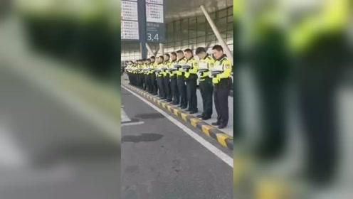 南京上空鸣放警报1分钟 民警脱帽车辆鸣笛全城默哀