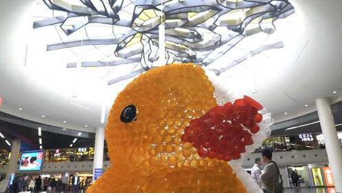 地铁站偶遇小黄鸭,为海洋环保助力