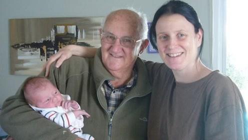27岁女子旅行时搭讪66岁大爷 为其生下一个娃
