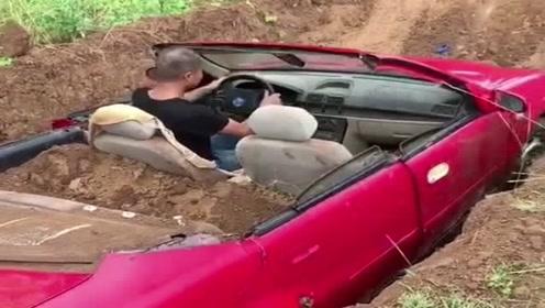 大哥真会玩,有的人连车都没有,他竟然用敞篷车装土!