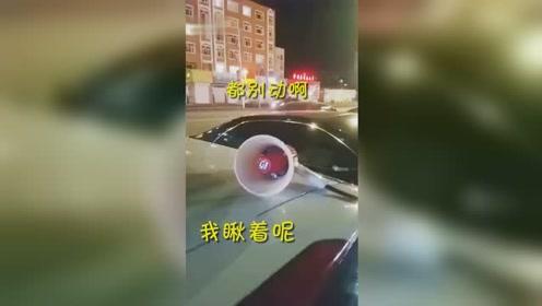 司机在车顶放扩音器循环播放 背后原因令人哭笑不得