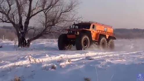 越野汽车安装6个巨大的低压胎, 能在雪地里畅行