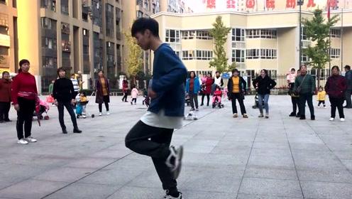 18岁小伙广场秀鬼步舞,舞步动感时尚,引旁人围观