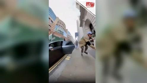 男子在繁忙街道滑旱冰 不料突然被车门撞飞到墙上