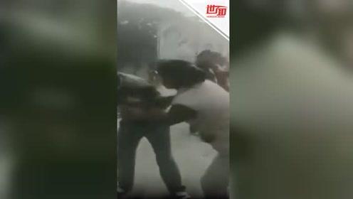 印度男子当众骚扰女学生 女警怒脱鞋狂抽他数十下
