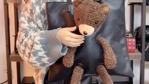 带有小熊的包包,这一看装的东西真是太多了!