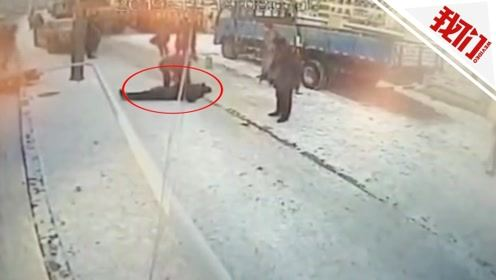 监拍哈尔滨一公交车冲上人行道撞倒路灯杆 候车男子被砸身亡