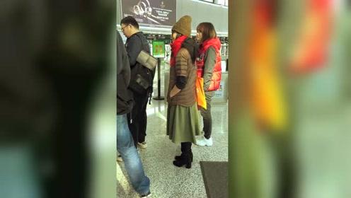 明星刘若英机场也要排队过安检的!