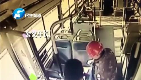 农民工坐公交怕弄脏座椅坐地上,司机请其入座:您在我心里最干净