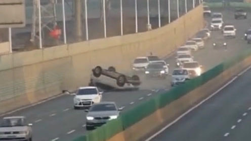 俩司机高架桥开斗气车 无辜越野车被撞翻连转三圈