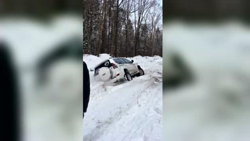 丰田霸道陷车,雪地救援太难了!