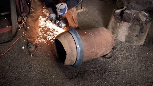 切开一个废旧的油桶,改造成锻造炉,又省了好几顿饭钱