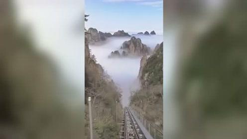 黄山游客乘地轨电车在水墨画中穿梭 宛如仙境