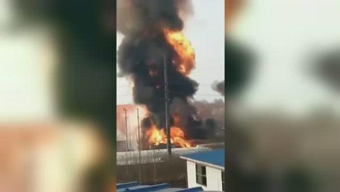河南一天然气公司附近起火 火舌窜数十米高