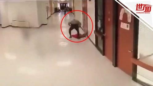 """暴躁警员多次把中学生抱起""""砸""""在地上 视频曝光后引众怒"""