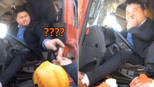 """半挂车司机疲劳驾驶撞树被卡 淡定向消防员借""""火""""抽烟"""