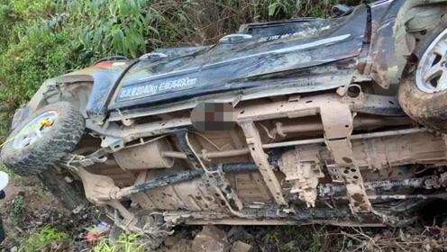 小车坠入50米深崖致1死2伤 系转弯道路结霜导致