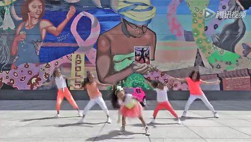 美国4岁女孩街头跳舞 成今年YouTube点击王