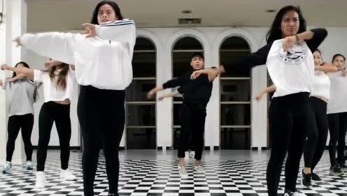 外国人跳广场舞会是什么样子呢?