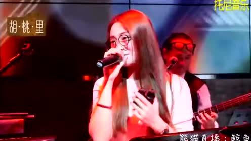 19岁漂亮妹子唱的太嗨,居然忍不住一起摇