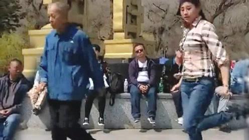 7旬大爷和美女在广场跳舞引围观,这才叫广场神级鬼步舞!