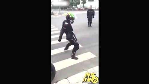这就是有证的骑手在交警面前的样子