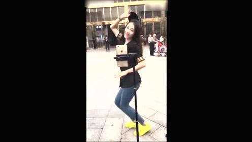 实拍美女大街上直播跳舞,后面那老头都快看哆嗦了