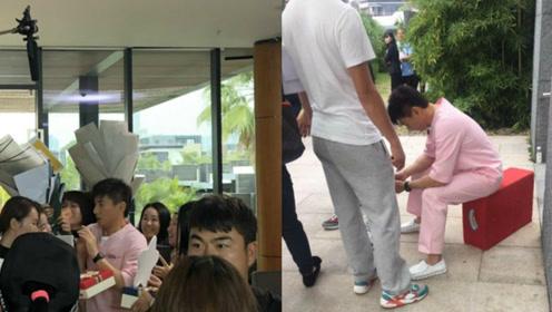 网友偶遇吴奇隆穿着月嫂的服装 拍戏间隙他坐的凳子相当简陋